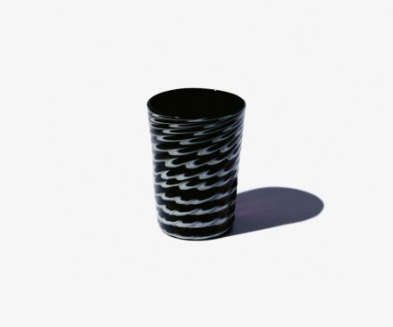 Black moiré-effect glass
